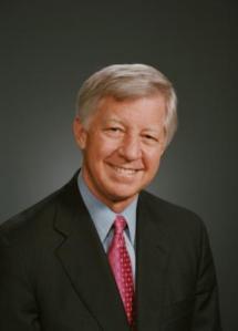 Bill George. Llevó a Medtronic de tener unos ingresos de 1.1 billones de dolares a 60 billones.