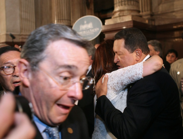 Uribe escapa de Chavez